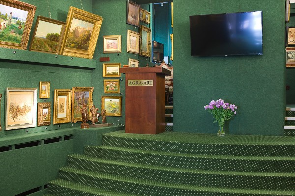 Agra-Art - auctioneer stand is ready